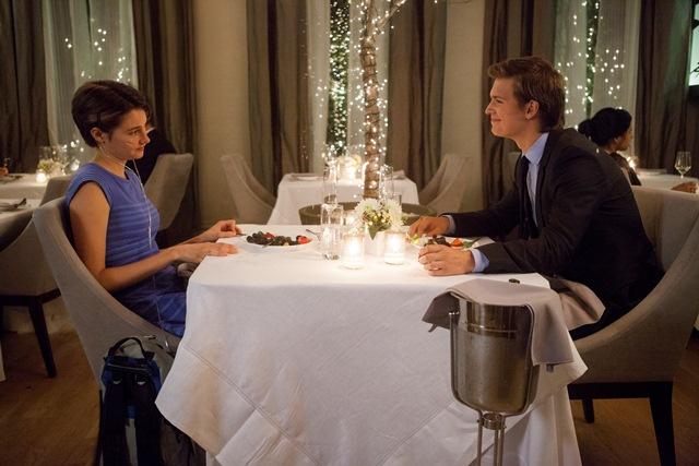 A Culpa É das Estrelas: os personagens Hazel e Augustus acabam se apaixonando após diversos encontros