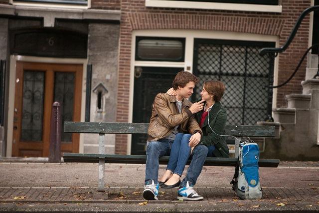 A Culpa É das Estrelas: Augustus Waters (Ansel Elgort), um rapaz que vai mudar completamente a vida da jovem Hazel Grace Lancaster (Shailene Woodley)