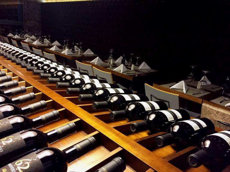 O balcão de vinhos: no centro do salão