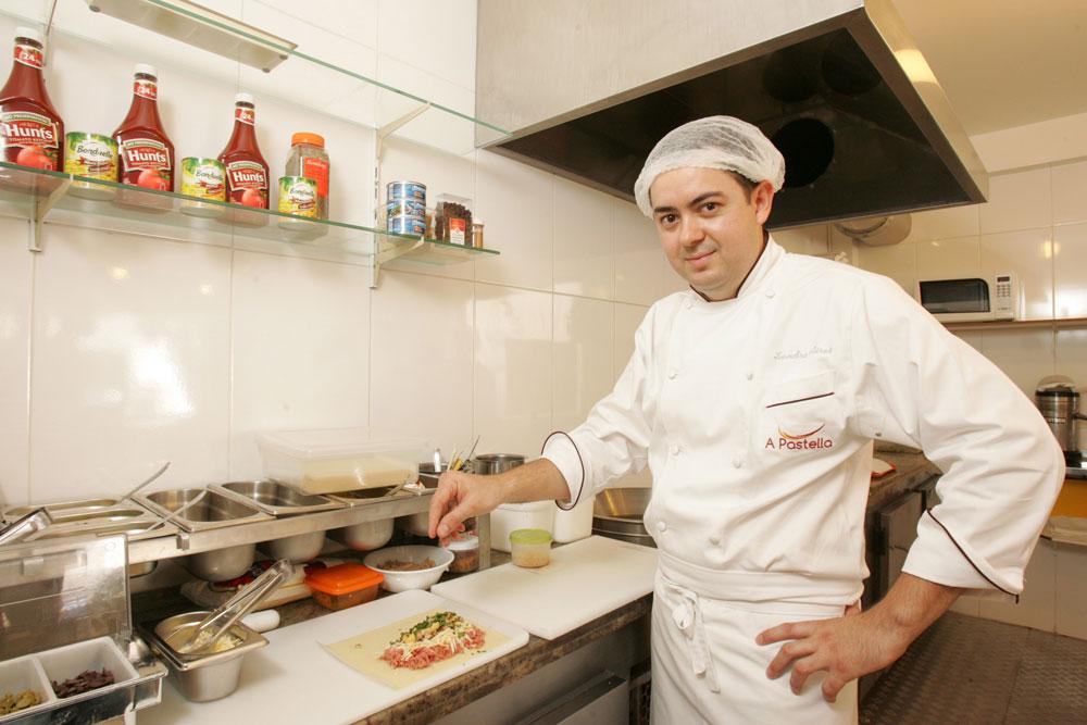 Aires no preparo dos salgados: montados na hora com ingredientes a escolha do cliente (Foto: Fernando Moraes)