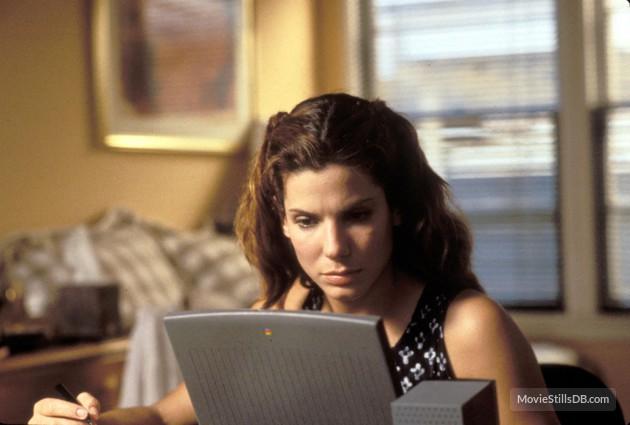 1995 – Em A Rede, Sandra interpretou uma programadora de computadores nos primórdios da internet