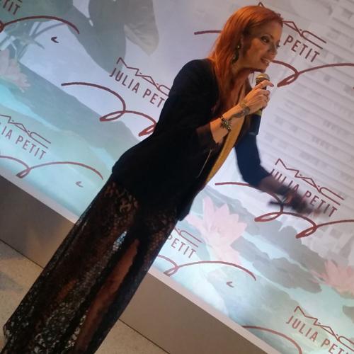 A ruiva Julia Petit discursa durante festa de lançamento