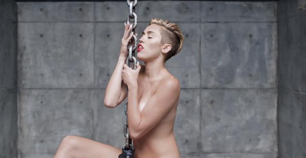 Miley Cyrus no clipe de <em>Wrecking Ball</em>, hit do álbum<em>Bangerz</em>(2013)