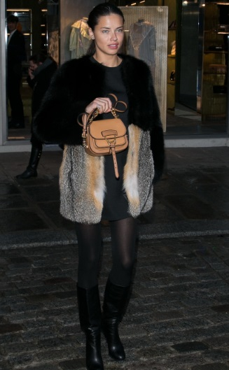 Adriana Lima com a bolsa do momento: 12 000 reais no Brasil (Foto: Divulgação)