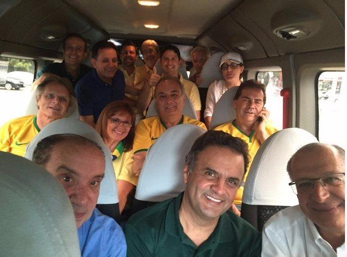 Aécio Neves: foto ao lado de Geraldo Alckmin e outros partidários do PSDB (Foto: Reprodução/Twitter)
