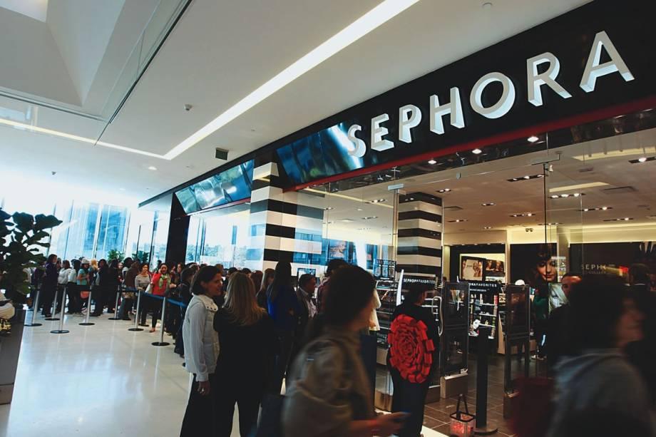 Fila em frente à loja da Sephora no dia da abertura: 10.000 produtos nas prateleiras
