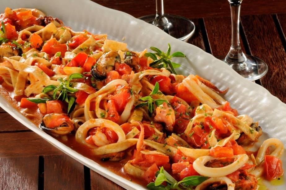 Talharim ao pescatore: lula, vôngole, camarão pequeno, marisco e tomate