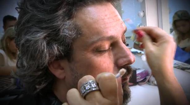 A maquiadora cria marcas de expressão em Alexandre Nero (Foto: Reprodução/GShow)