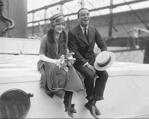O casal de astros hollywoodianosMary Pickford e Douglas Fairbanks: talhares de ouro