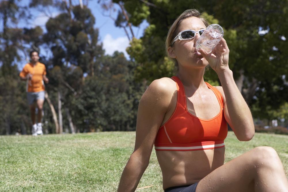 Beba pelo menos dois litros de água durante todo o dia. Foto: Latinstok