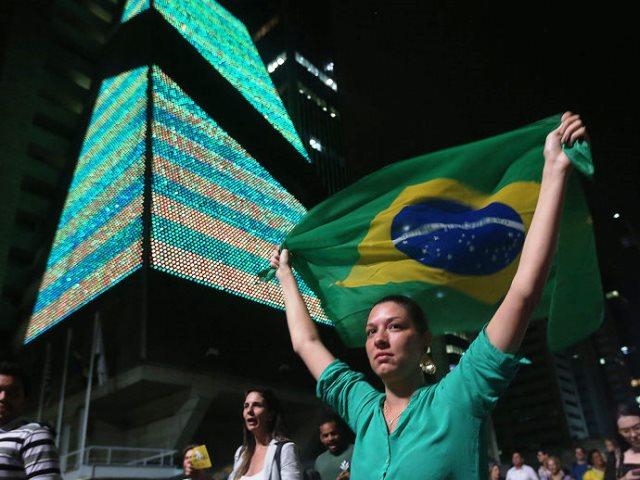 Manifestantes na avenida (Foto: Ricardo Matsukawa/VEJA)