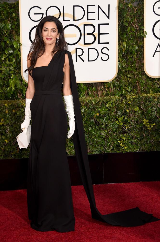 Amal Alamuddin Clooney escolheu um modelo Dior Haute Couture. Mas as luvas brancas foram bem criticadas... (Foto: Reprodução/Fashionista)