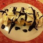 Zuppa inglese: variação de pavê com creme pâtissier coberto por chantili e fios de calda de chocolate