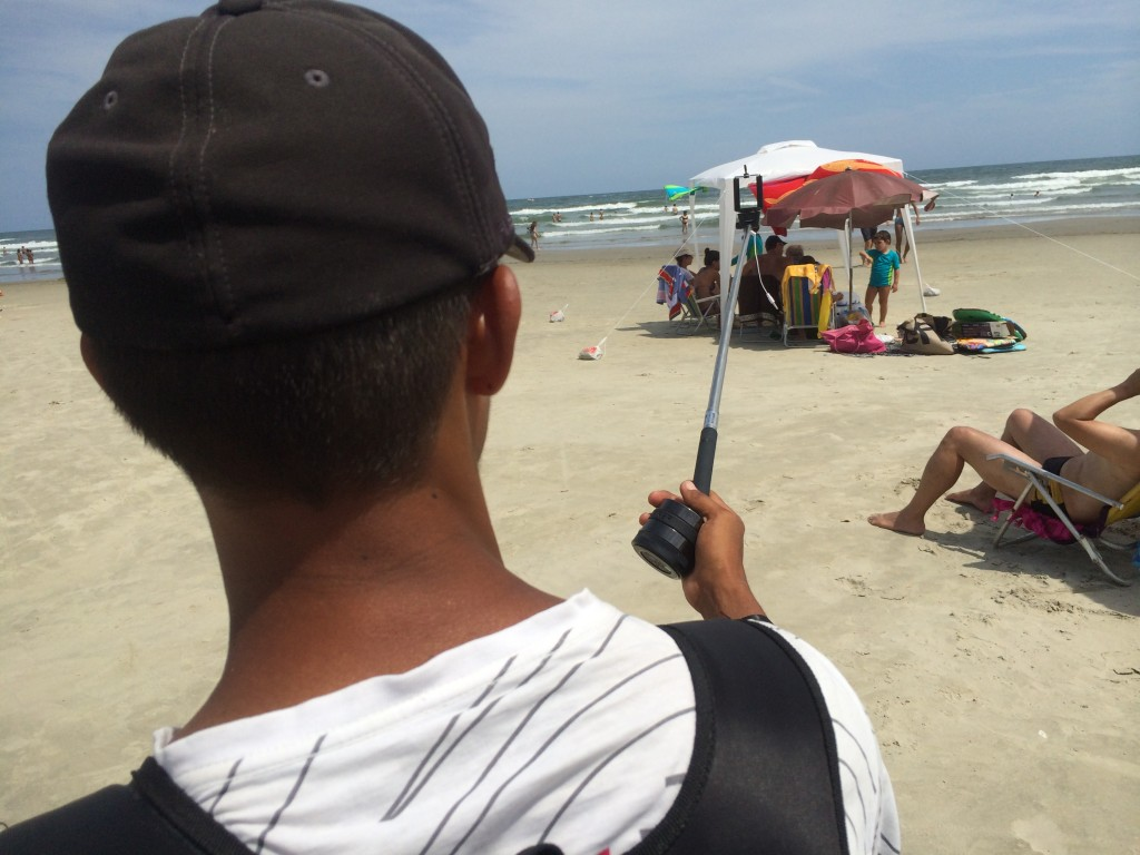 """""""Pau de selfie"""" é vendido por 80 reais na Riviera de São Lourenço (Foto: Fábio Lemos Lopes)"""