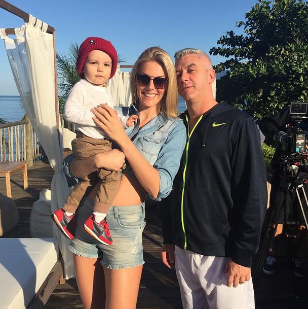 A apresentadora passou o sábado (2) trabalhando ao lado do filho e do marido, Alexandre