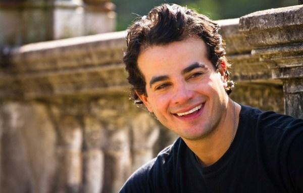 """Anderson Di Rizzi, ator de """"Êta Mundo Bom"""" nasceu no dia 3 de agosto, vibração que traz leveza e alegria para a personalidade vibrante do Sol em Leão (Foto: Divulgação)"""