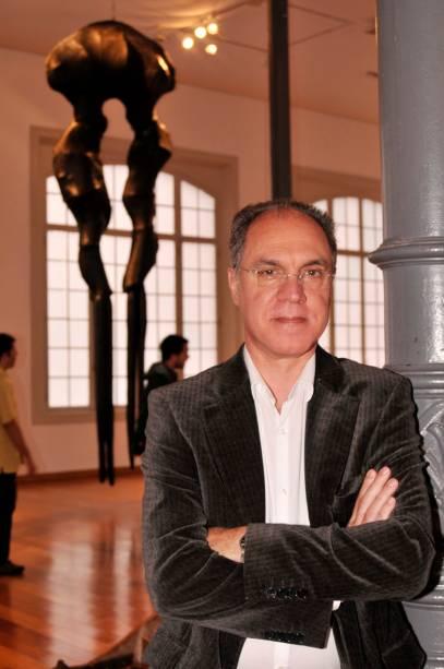 O artista Angelo Venosa, posando em frente às obras