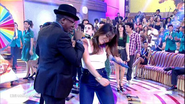 A cantora rebolando ao lado de Mumuzinho (foto: reprodução/twitter)