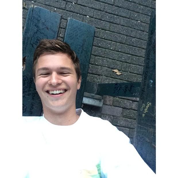 """Uma selfie deitado: """"achei o banco""""."""
