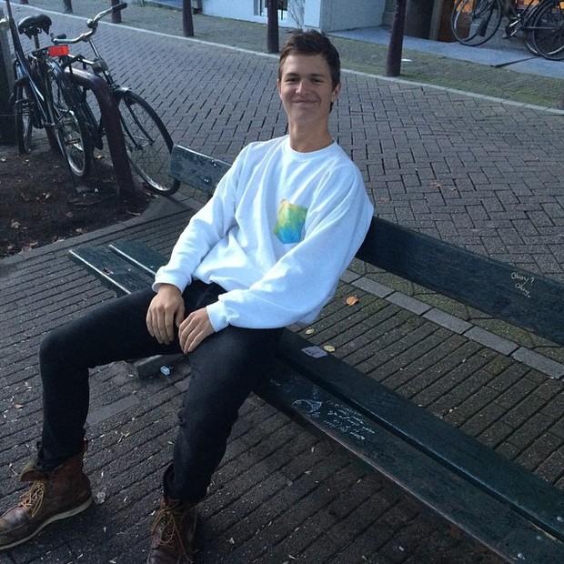 Ansel Elgort pediu para que alguém tirasse uma foto dele sentado no banco