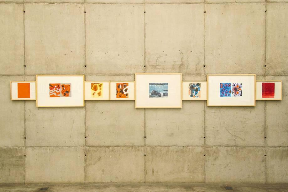 Setenta trabalhos enfileirados: figuras geométricas disformes