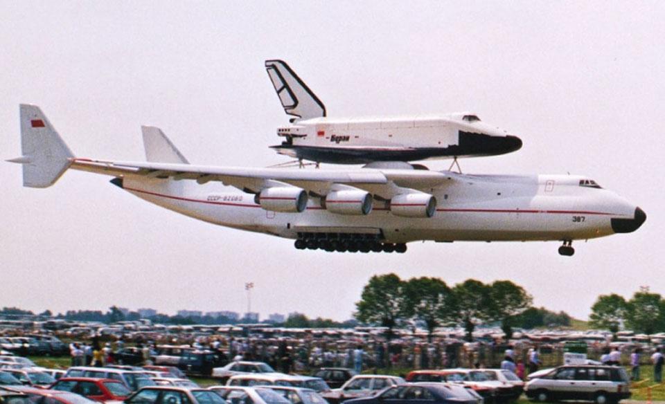 O An-225 carregando o ônibus espacial Buran, na década de 80, durante um festival aéreo na Europa (Foto: Antonov)