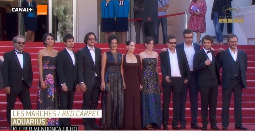 Sonia Braga (de longo marrom) e o diretor Kleber Mendonça Filho (de bigode e óculos escuros): protesto em Cannes
