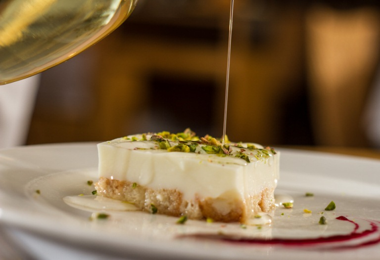 Sobremesa oferecida apenas no jantar do Arábia: torta libanesa de nata com pistache e calda de flor de laranjeira (Foto: Rafael Wainberg)