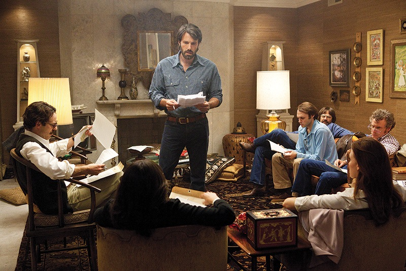 Argo: Ben Affleck (em pé) estrela e dirige o longa-metragem inspirado em fato real