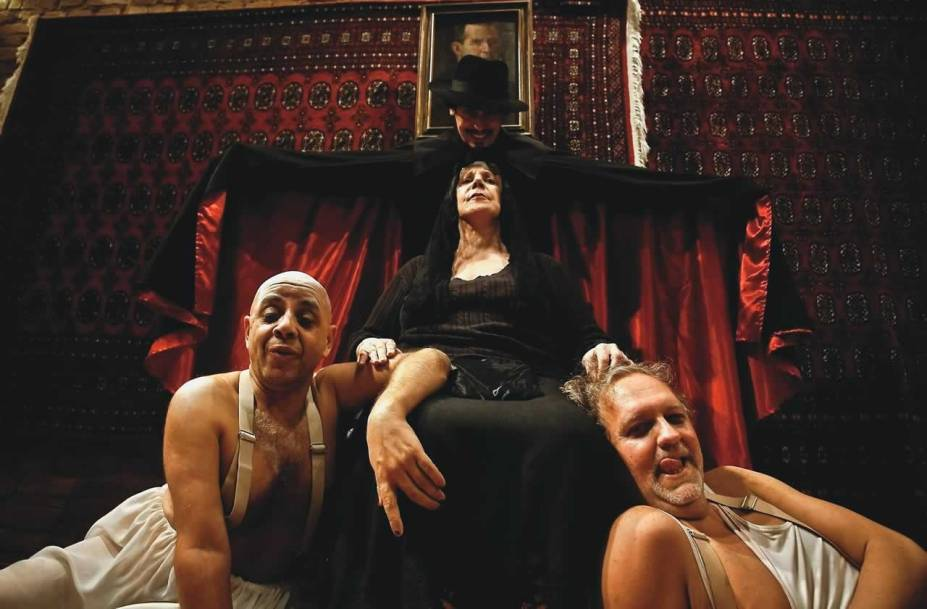 Pascoal da Conceição, Maria Alice Vergueiro, Luciano Chirolli e Marco Luz na tragicomédia As Três Velhas