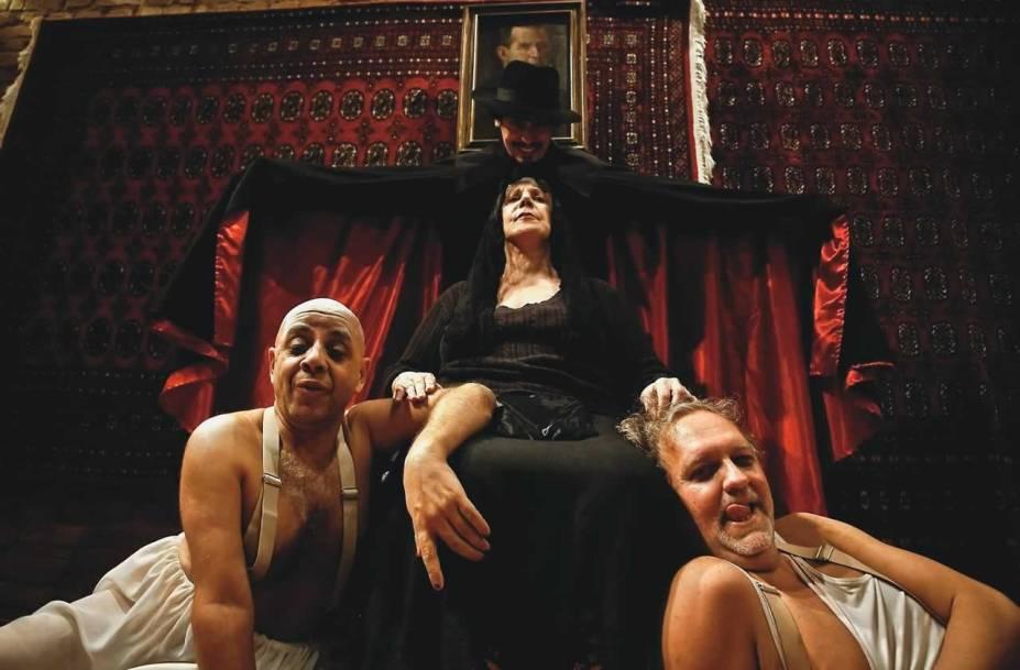 Luciano Chirolli e Danilo Grangheia interpretam duas idosas na tragicomédia As Três Velhas