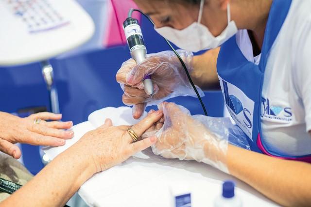 Beryllos: motortinho de dentista nas unhas (Foto: Edgard Pacheco)