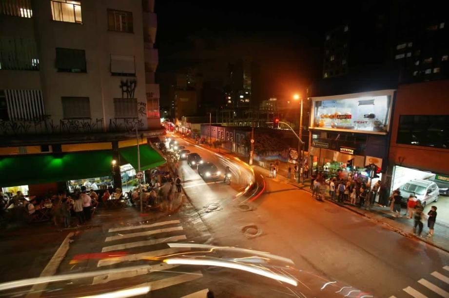 Esquina com a Rua Fernando de Albuquerque, na sexta (6), às 22h30: vaivém intenso