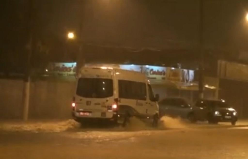 Em Santos, motoristas encontraram ruas e avenidas alagadas na noite dessa quinta-feira (Foto: Reprodução)