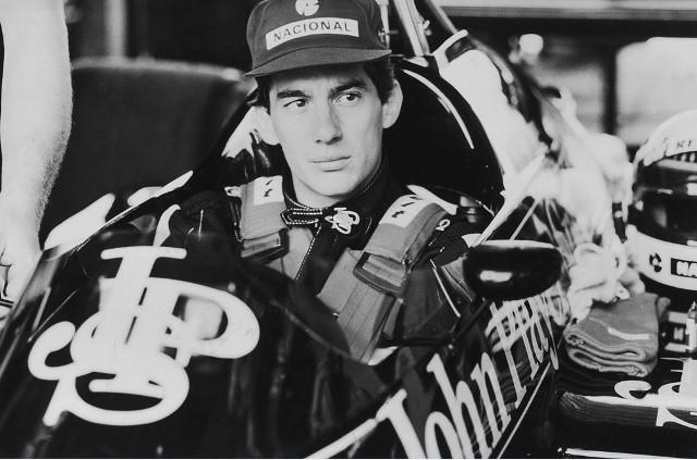 O piloto em sua icônica Lotus preta, que dirigiu entre 1985 e 1987: memorial em Interlagos (Foto: Nelson Coelho)
