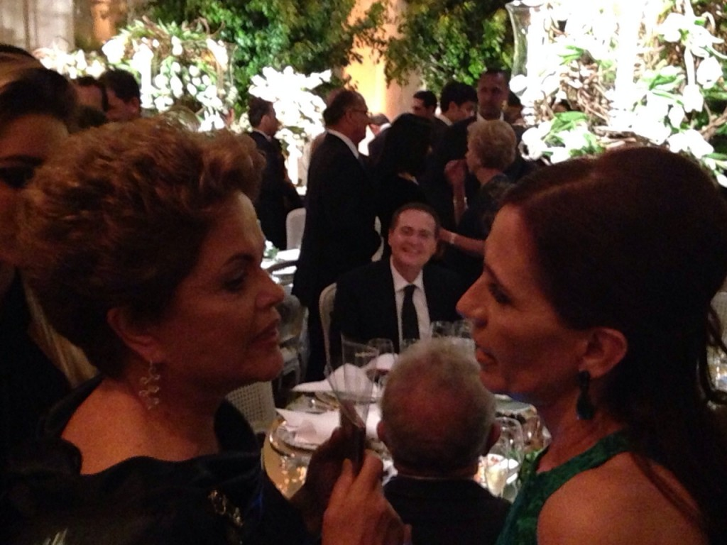 Dilma conversa com Flora Gil (ao fundo, Renan Calheiros)