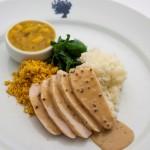 PF francês de peito de frango ao molho de mostarda, arroz de jasmim, feijão-branco, espinafre sauté e farofa
