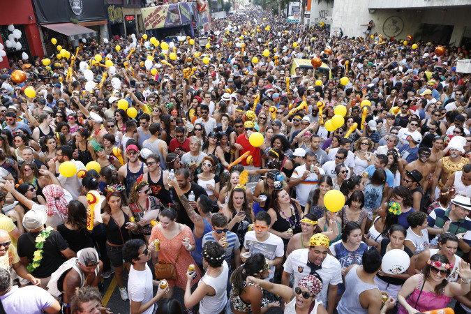 Baixo Augusta será multado em 3 000 reais por não recolher lixo e não colocar banheiro químico (Foto: Ricardo D'Angelo/Veja SP)