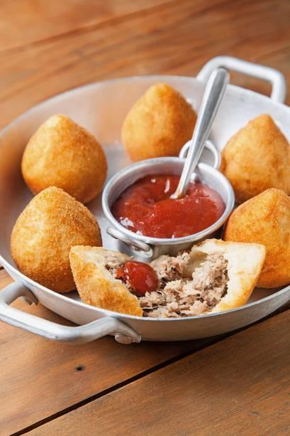 coxinha de massa de batata e recheio de costelinha suína vem com ketchup picante de goiabada