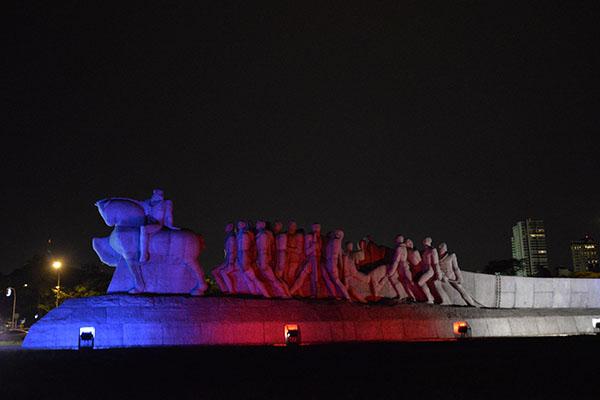 Monumento às Bandeiras recebe homenagem às vítimas de Paris