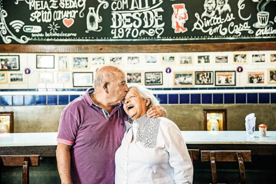 Luiz Fernandes e esposa, do Bar do Luiz Fernandes: serveos clássicos bolinhos de carne (15 reais, a porção)