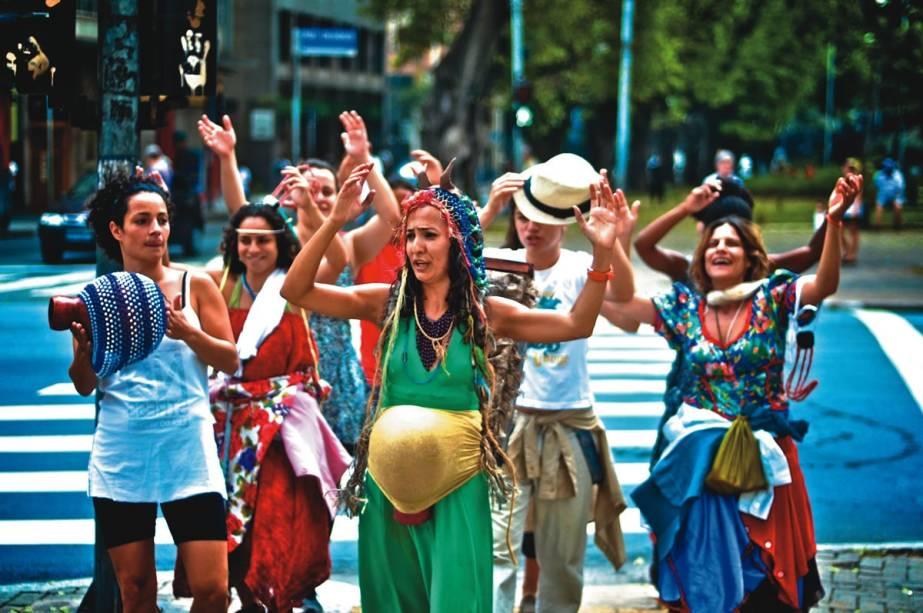 Os atores da Cia. São Jorge de Variedades em Barafonda: o espetáculo itinerante percorre as ruas da Barra Funda