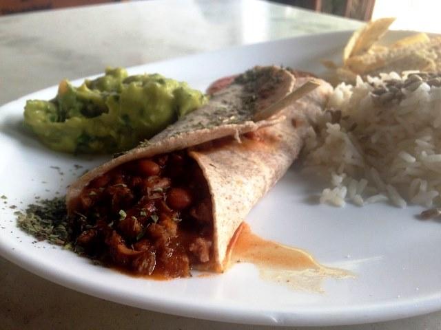 Burrito vegetariano: prato mais salada custa R$ 15,00 (Foto: Helena Galante)
