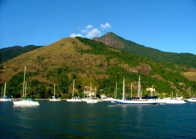 Barcos ancorados na marina do Yacht Club de Ilhabela.