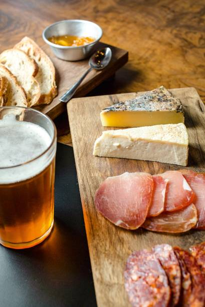 Tábuas com os queijos maturados brasileiros cuesta e cacauzinho mais chistorra e lombo