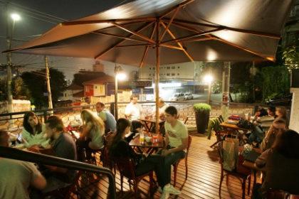 Choperia BarTira Chopp & Grill, na esquina das ruas Ministro Godói e Bartira, no bairro de Perdizes