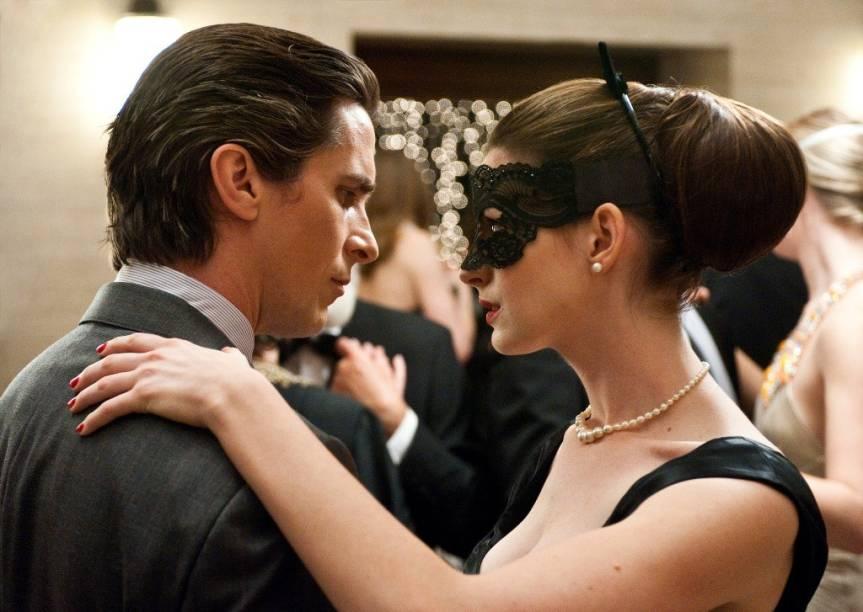 Bruce Wayne (Christian Bale) e Selina Kyle (Anne Hathaway): atração fatal