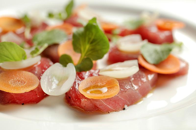 Atum marinado com cebola, cenoura e agrião