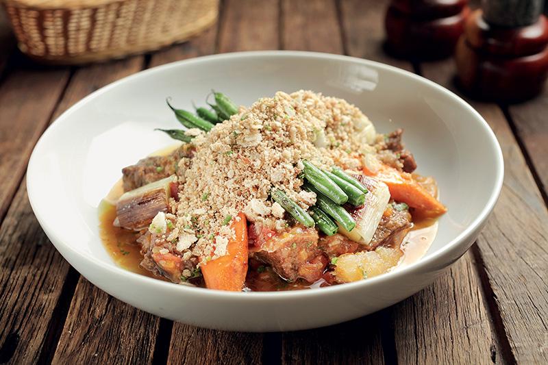 Carne de panela com vegetais e farinha beiju