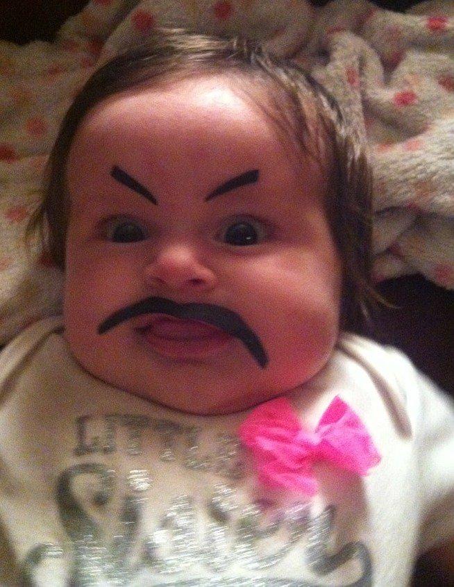 Um mini bigode para este bebê!